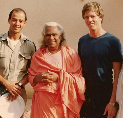 סוואמי וישנו דבננדה, יהודה אלמקיאס (תלמיד של אברהם גודל), ואני, מאי 1985